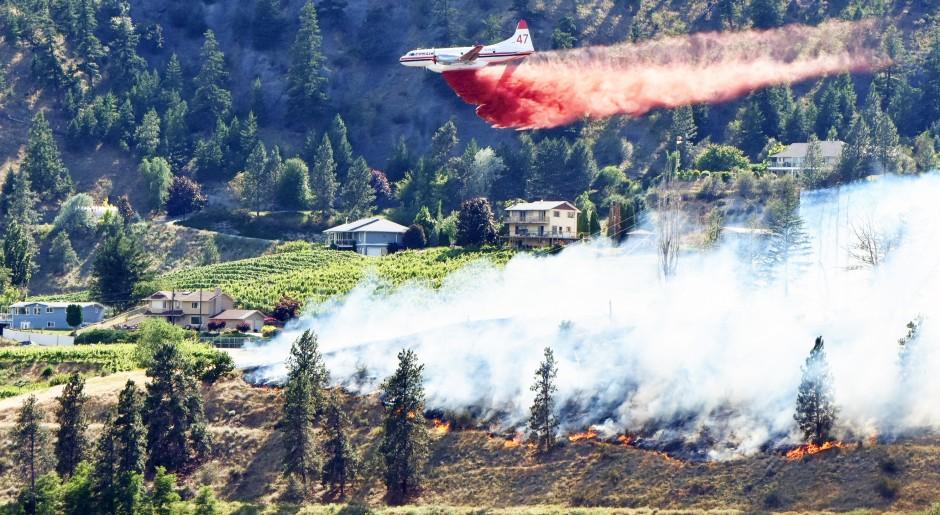 Convair 47 actioning the Kaleden, BC wildfire- photo from Mark Brett, Penticton Western News-smaller for website